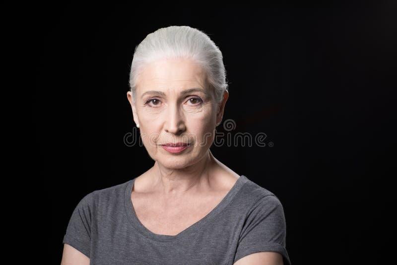 Portret atrakcyjna zadumana starsza kobieta obraz royalty free
