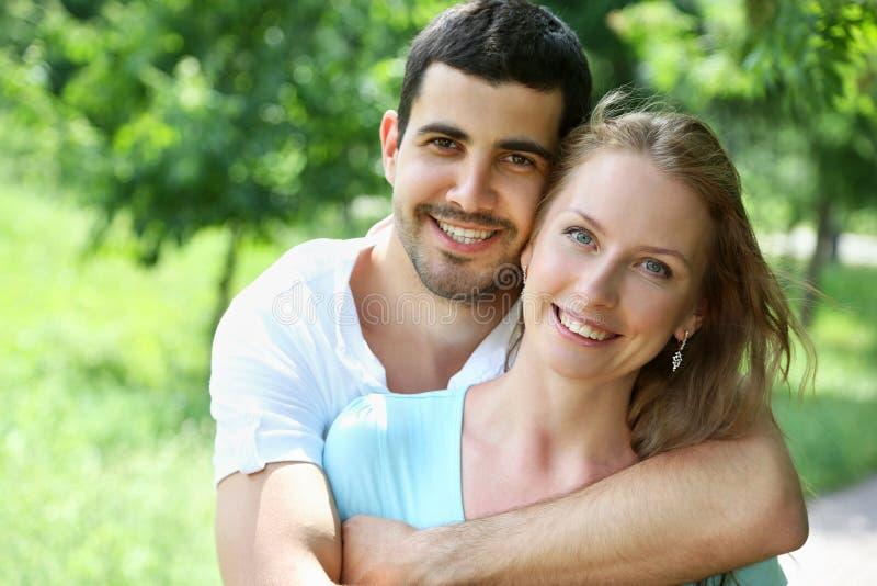 Portret atrakcyjni potomstwa dobiera się w miłości outdoors fotografia royalty free
