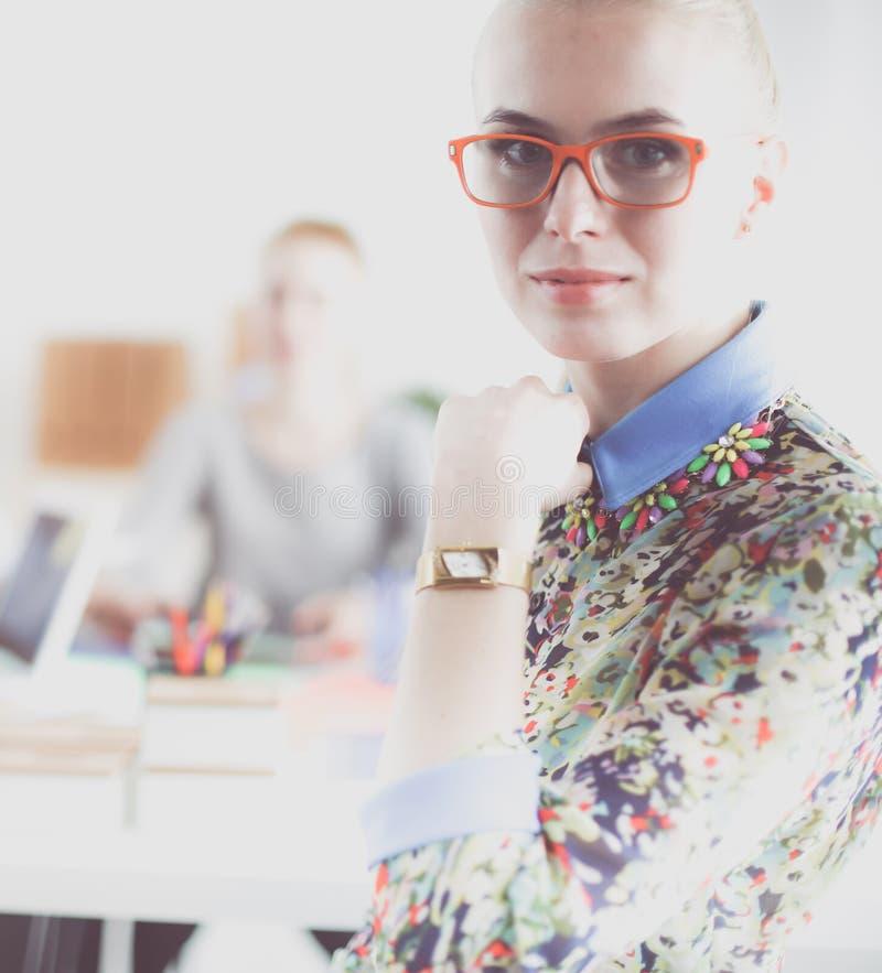 Portret atrakcyjny żeński projektant w biurze projektant kobieta obrazy stock