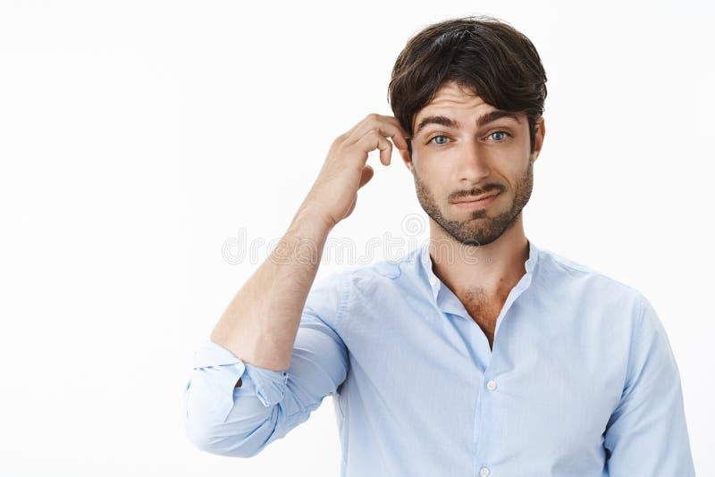 Portret atrakcyjny chłopak z niebieskimi oczami i broda cofnused i nieświadomy no może rozumieć aluzji żony robić obraz royalty free