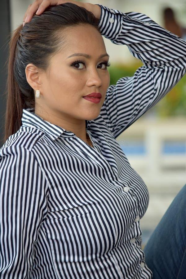 Portret Atrakcyjny filipinka Dorosłej kobiety obsiadanie obrazy stock