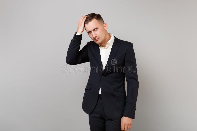 Portret atrakcyjny młody biznesowy mężczyzna w klasycznym czarnym kostiumu, biała koszula prostuje włosy odizolowywającego na pop zdjęcia royalty free