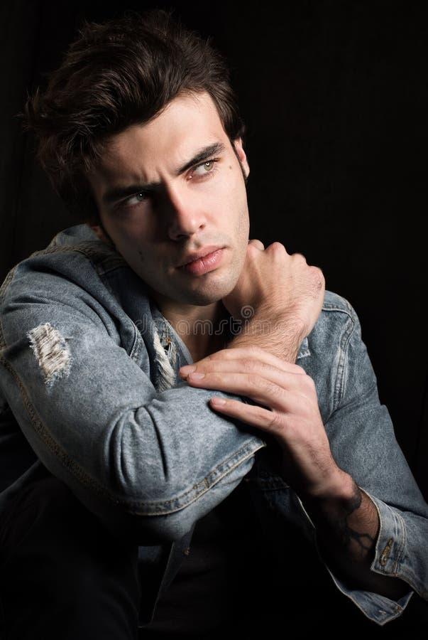 Portret atrakcyjny młody człowiek z niespokojnym spojrzeniem obraz stock