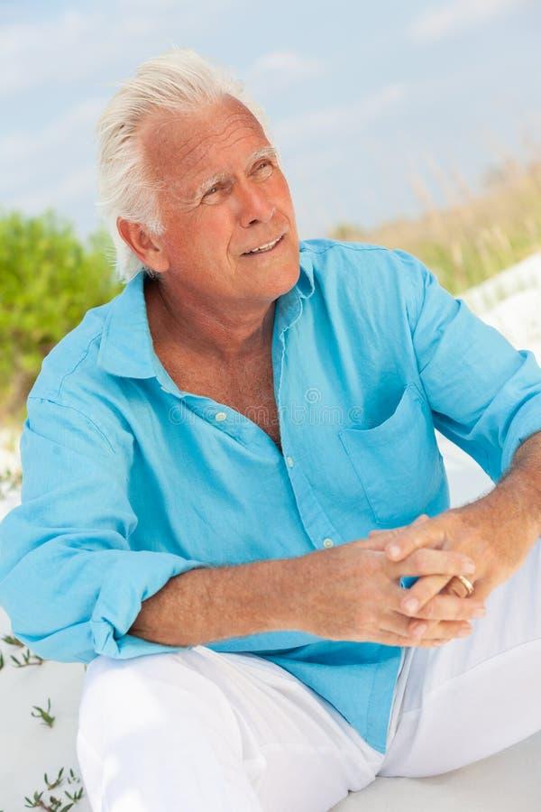 Portret Atrakcyjny Przystojny Starszy mężczyzna na plaży obraz stock