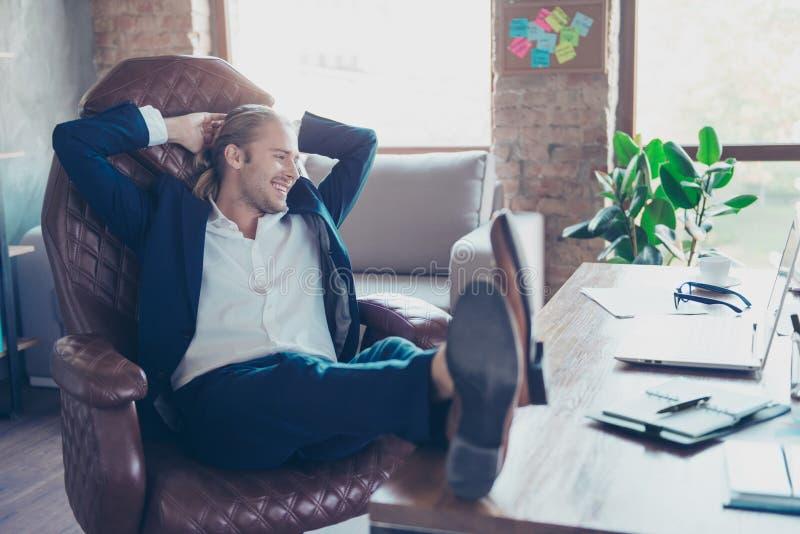 Portret atrakcyjny uśmiechnięty szczęśliwy dyrektora obsiadanie przy jego des obrazy royalty free
