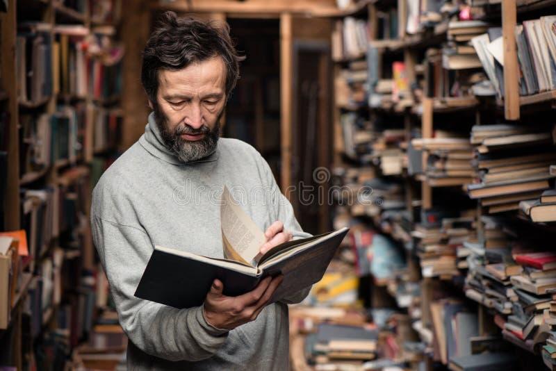 Portret autentyczny starszy mężczyzna na książka rynku obraz royalty free