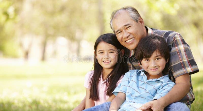 Portret Aziatische grootvader en kleinkinderen in park royalty-vrije stock fotografie