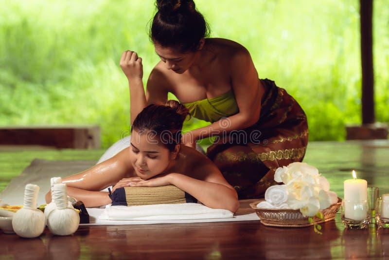 Portret Azjatycka kobieta jest relaksujący w zdroju masażu fotografia stock