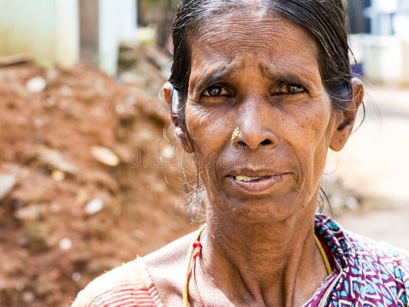 Portret Azjatycka kobieta patrzeje kamerę w miejscowy sukni zdjęcia stock