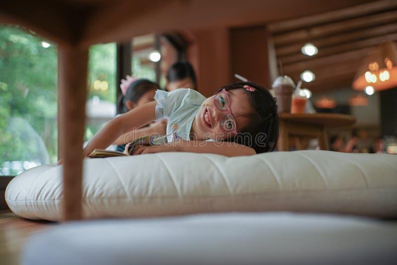 Portret Azjatycka mała dziewczynka ono uśmiecha się z dimples na jej policzku zdjęcia stock