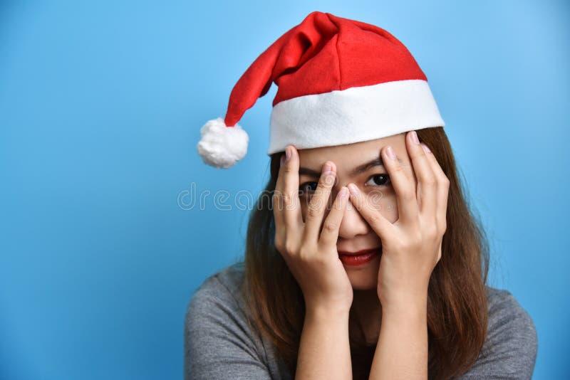 Portret Azjatycki żeński odzieży Święty Mikołaj kapeluszu ono uśmiecha się obraz stock