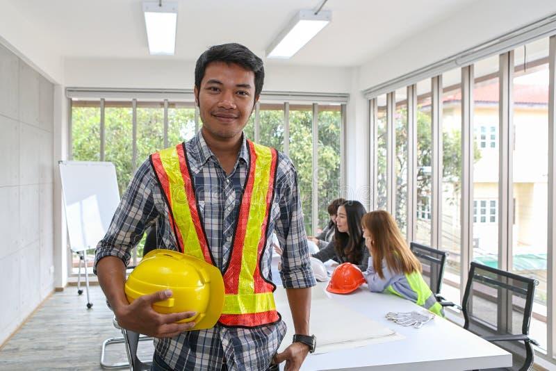 Portret Azjatycki męski kontrahenta inżynier w pokoju konferencyjnym przy biurem Elektryka cieśla lub techniczni operaters i zdjęcie royalty free