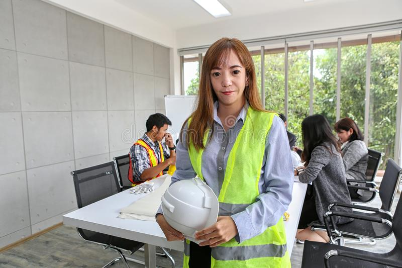 Portret Azjatycki męski kontrahenta inżynier w pokoju konferencyjnym przy biurem Elektryka cieśla lub techniczni operaters i fotografia royalty free