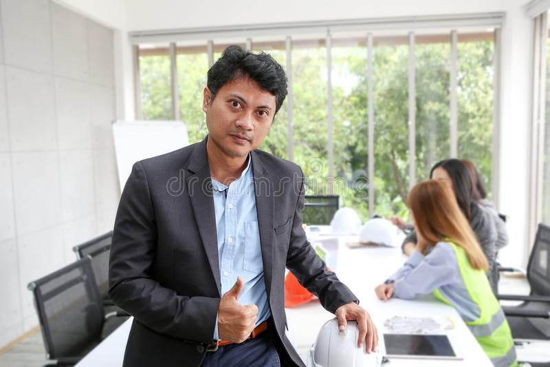 Portret Azjatycki męski kontrahenta inżynier w pokoju konferencyjnym przy t zdjęcia stock