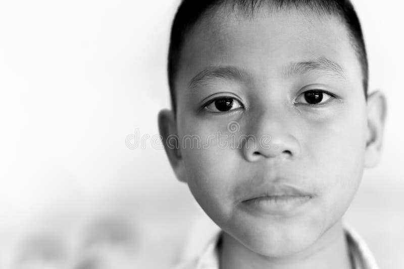 Portret azjatykci chłopiec płacz z łzą na jego twarzy w czarny i biały zdjęcie royalty free