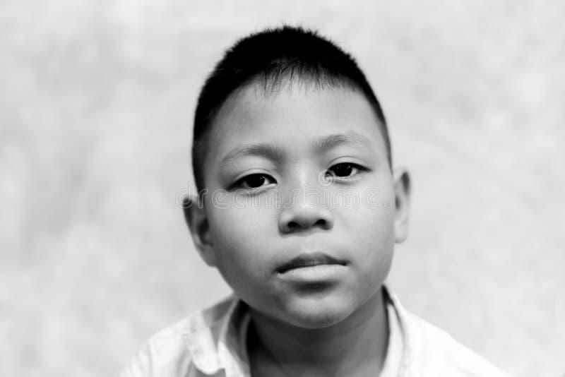 Portret azjatykci chłopiec płacz z łzą na jego twarzy w czarny i biały obraz royalty free