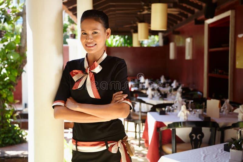 Portret azjatykci kelnerki działanie w restauraci obraz royalty free