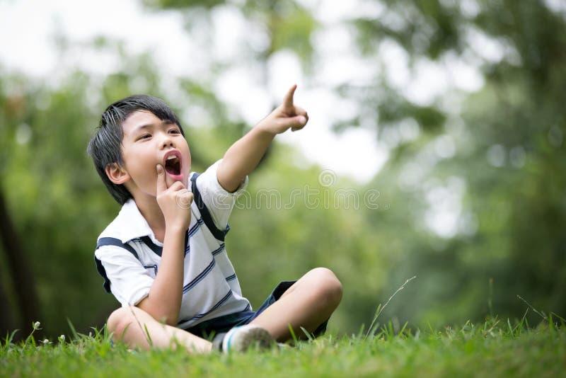 Download Portret Azjatykcia Chłopiec W Parku Troszkę Obraz Stock - Obraz złożonej z japonia, podstawowy: 57650173