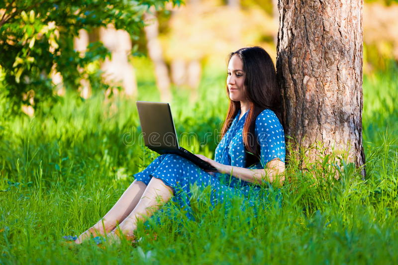 Portret azjatykcia dziewczyna na naturze z laptopem obraz stock