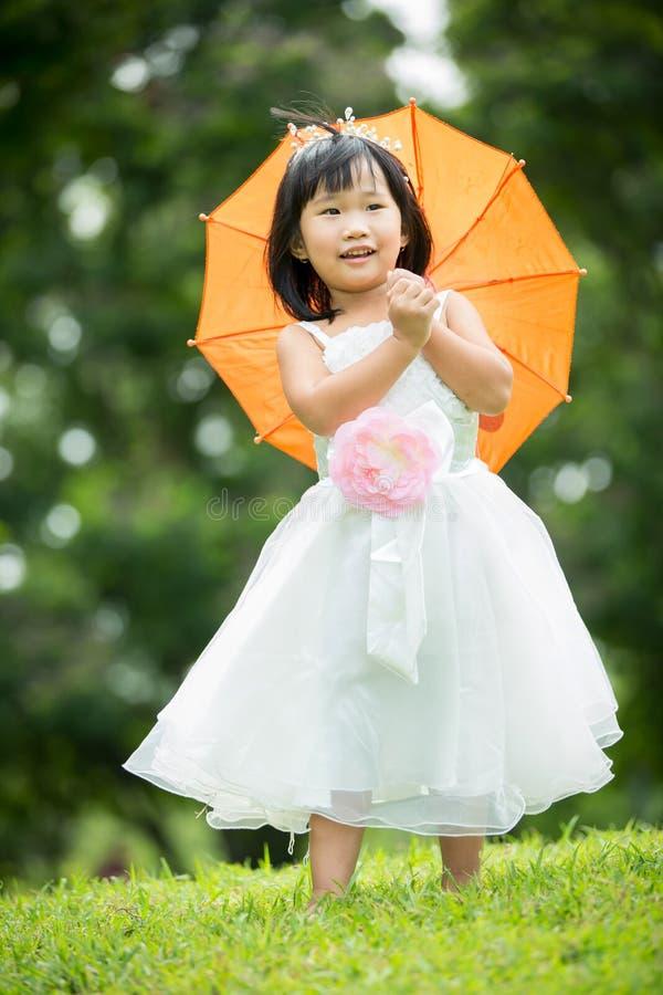 Download Portret Azjatykcia Dziewczyna W Parkowym Zielonym Tle, Obraz Stock - Obraz złożonej z azjata, piękny: 57650493
