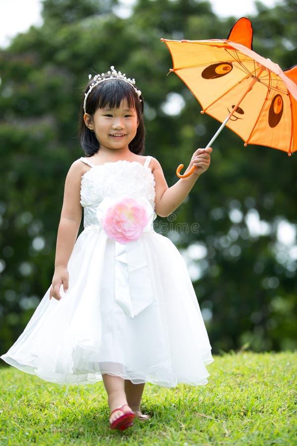 Download Portret Azjatykcia Dziewczyna W Parkowym Zielonym Tle, Zdjęcie Stock - Obraz złożonej z dziewczyna, plenerowy: 57650548