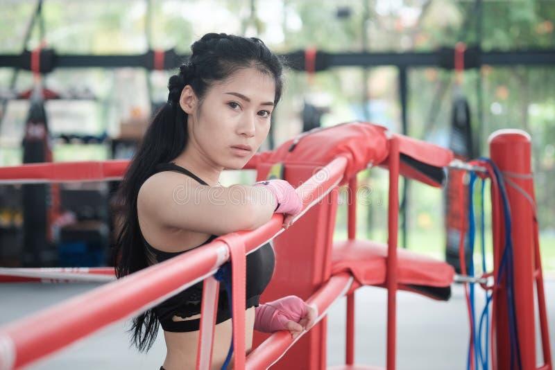 Portret azjatykcia kobieta na ringside bokserskim gym zdjęcie royalty free