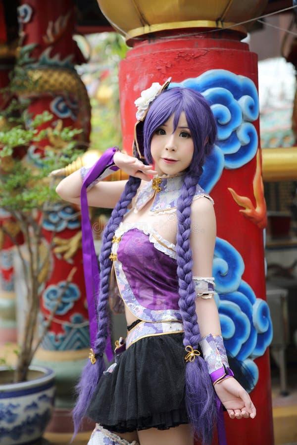 Portret azjatykcia młoda kobieta z purpurową chińczyk suknią cosplay z świątynią fotografia stock