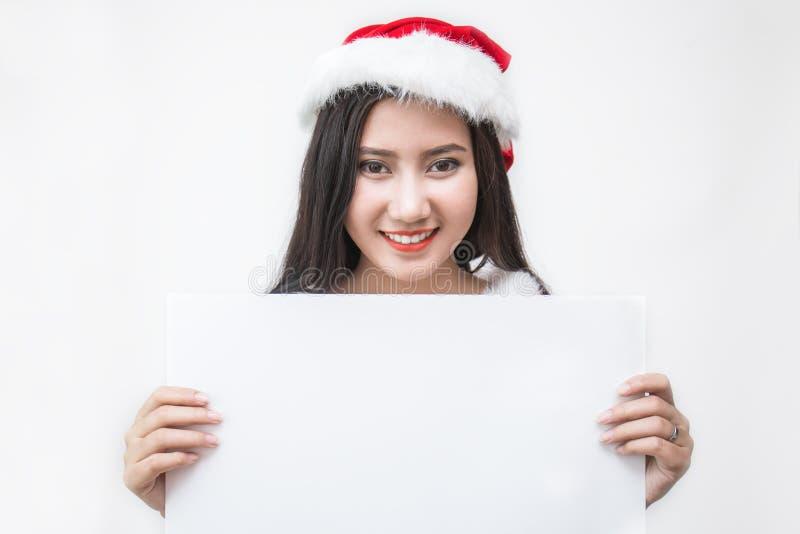 Portret azjatykcia piękna kobieta jest ubranym Santa custume trzyma papier zdjęcia stock