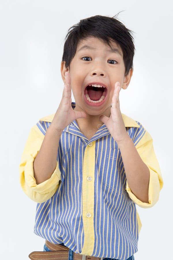 Portret azjatykcia szczęśliwa chłopiec Excited twarz i patrzeć kamerę zdjęcia stock