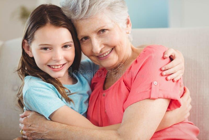 Portret babci i wnuczki obejmowanie zdjęcie royalty free