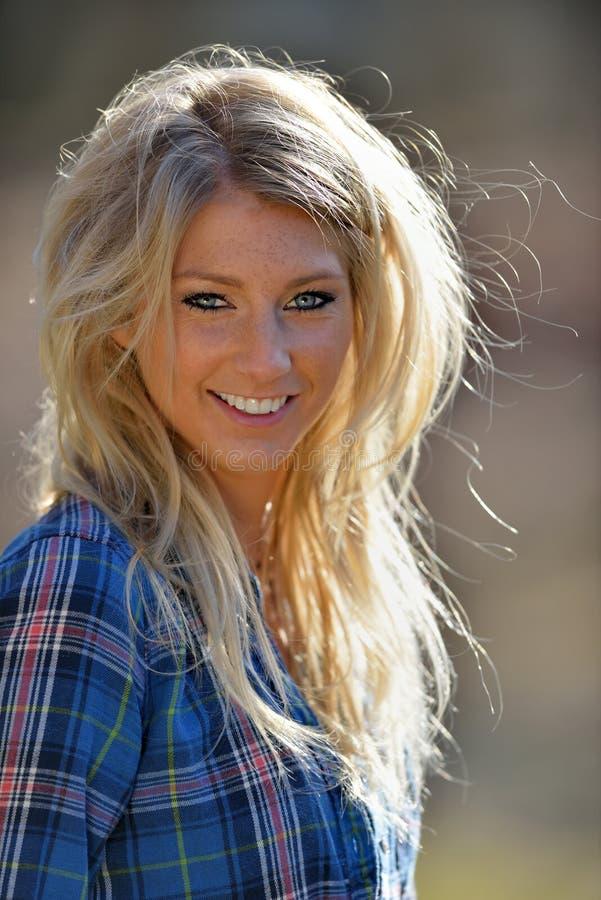 Portret baeutiful uśmiechnięta blondynki kobieta fotografia stock