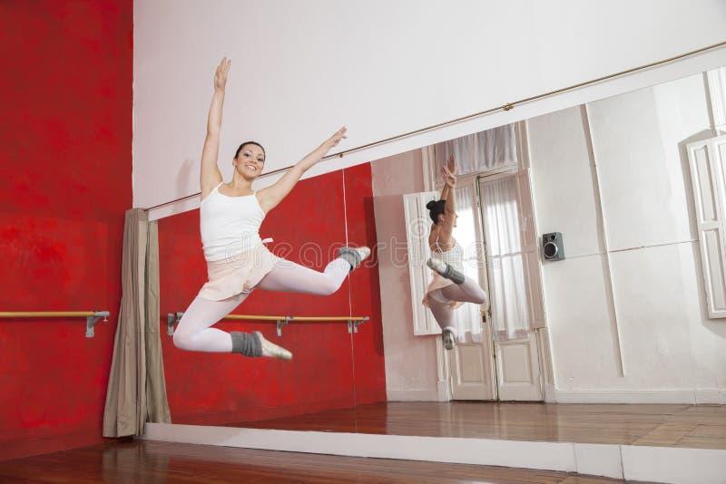 Portret baleriny doskakiwanie Podczas gdy Wykonujący zdjęcia stock