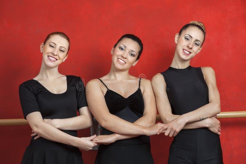 Portret baleriny Trzyma ręki W studiu obraz royalty free
