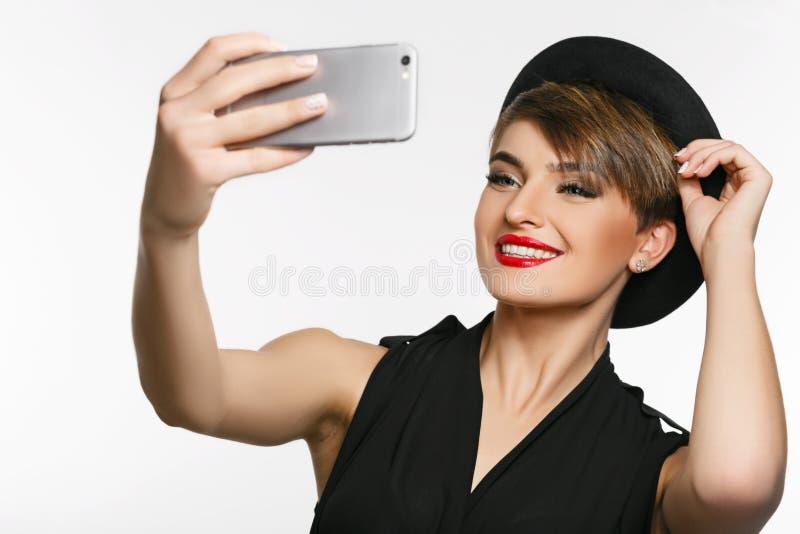 Portret bardzo atrakcyjna młoda dama robi selfie w fotografii studiu fotografia royalty free
