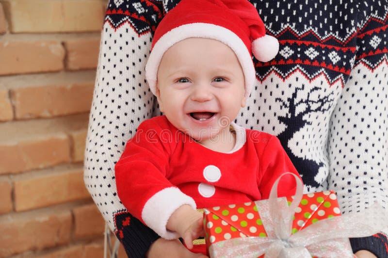 Portret bardzo szczęśliwa śliczna mała chłopiec w Santa kostiumu z g zdjęcie royalty free