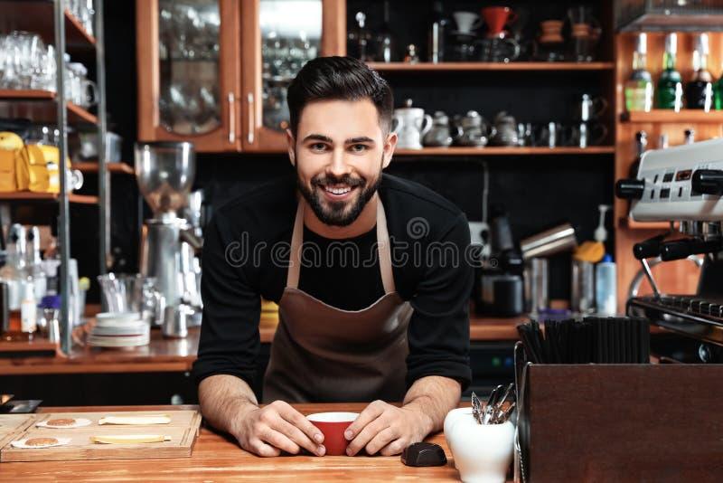 Portret barista z filiżanka kawy fotografia royalty free