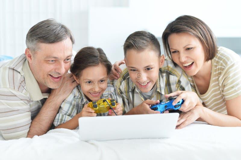 Portret bawić się gry komputerowe rodzina, rodzice z dzieciakami zdjęcie stock