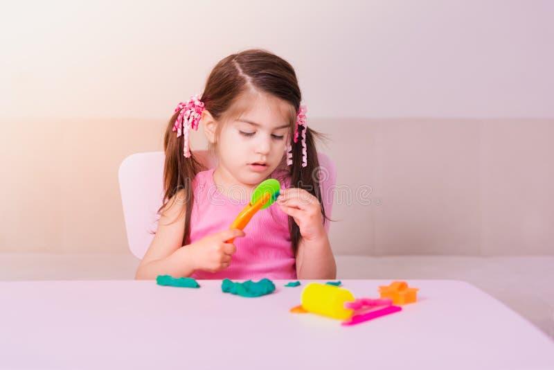Portret bawić się z zabawkami dla playdough Śliczna dziewczyna zdjęcia royalty free