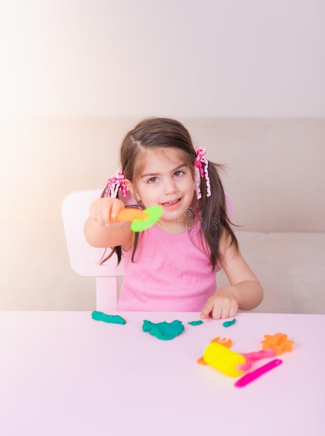 Portret bawić się z zabawkami dla playdough Śliczna dziewczyna fotografia royalty free