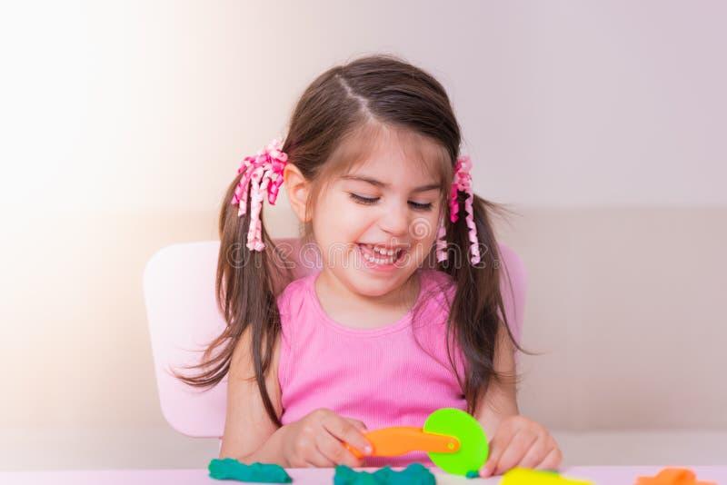 Portret bawić się z zabawkami dla playdough Śliczna dziewczyna fotografia stock