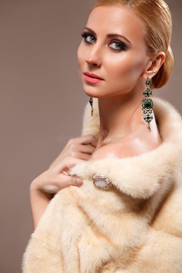 Portret beautyful kobieta z eleganckim fachowym makijażem Mody photoshoot w futerkowej kurtce obraz royalty free