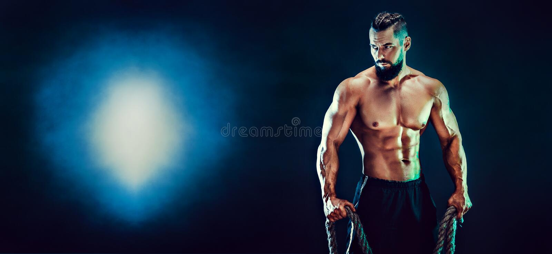 Portret bez koszuli bodybuilder Mięśniowy mężczyzna pozuje w studiu zdjęcia stock