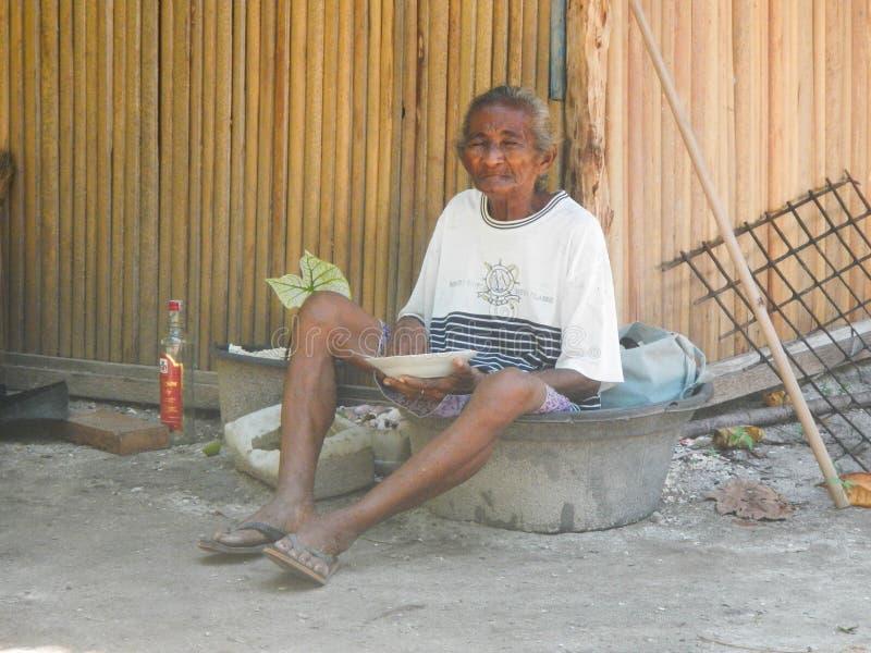 Portret biedna niezidentyfikowana azjatykcia stara kobieta fotografia stock