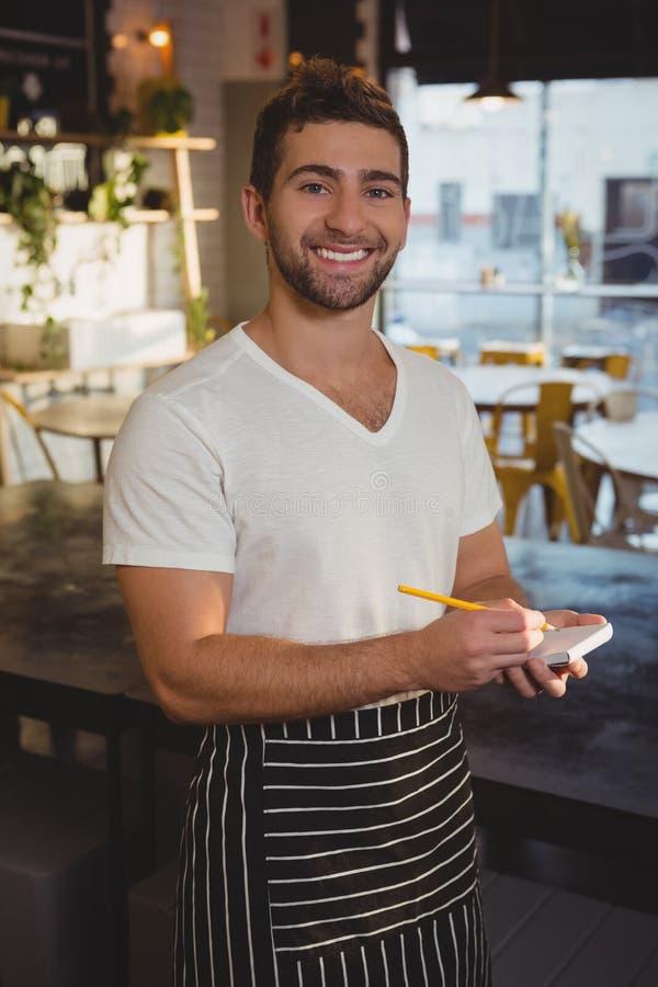 Portret bierze rozkaz szczęśliwy kelner zdjęcie stock