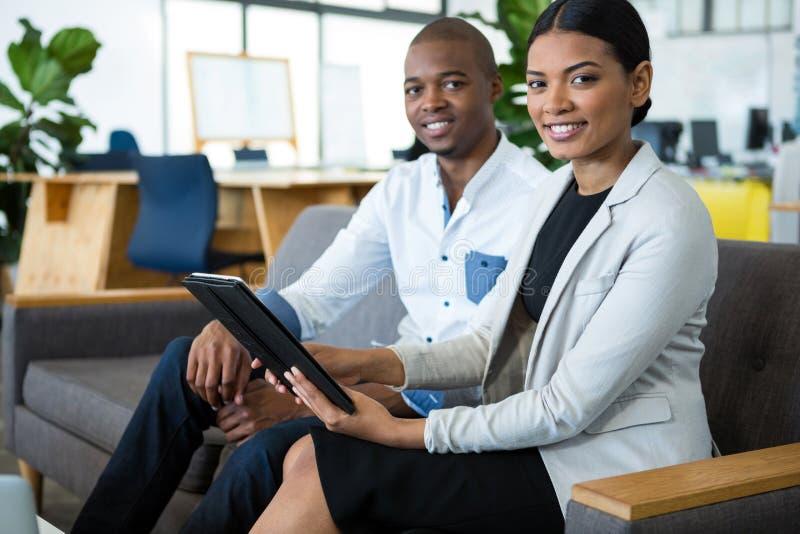Portret biznesmen i kolega dyskutuje nad cyfrową pastylką zdjęcie royalty free