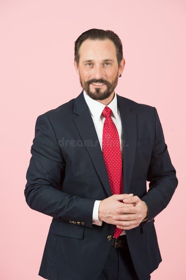 Portret biznesmen w kostiumu z czerwonym krawatem na różanym tle Uśmiechający się mężczyzna w błękitnym kostiumu Odosobniony mężc zdjęcia royalty free