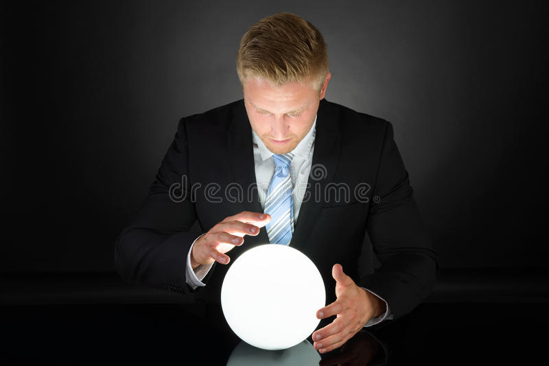 Portret biznesmen z kryształową kulą fotografia stock