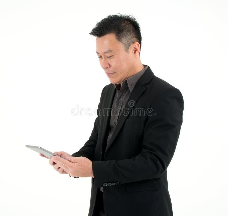 Portret biznesmena spojrzenie przy pastylką szukać informację odizolowywającą na białym tle zdjęcie stock