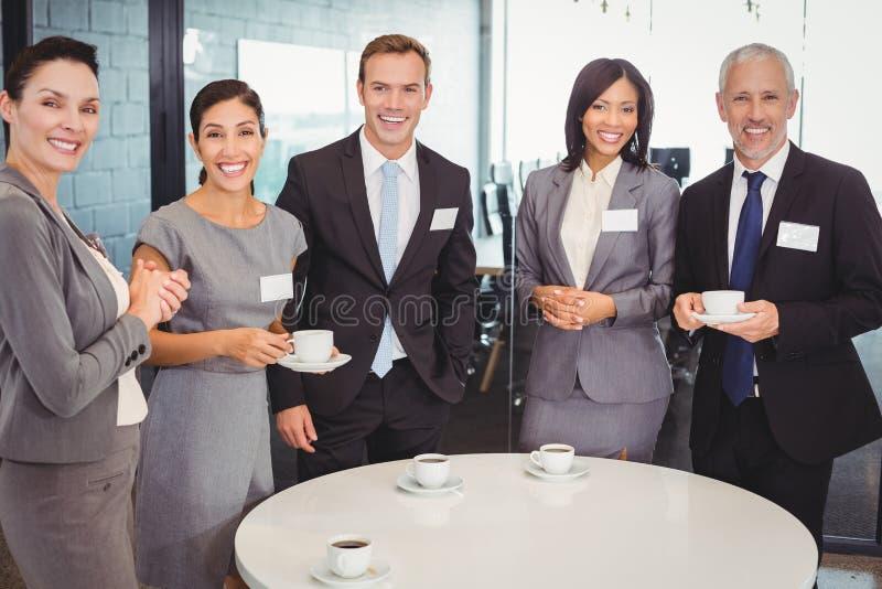 Portret biznesmeni ma herbaty podczas breaktime zdjęcie stock