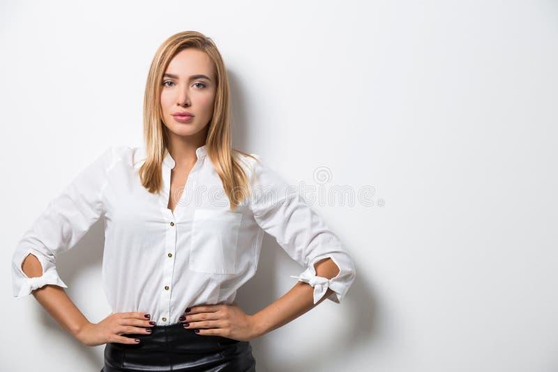 Portret biznesowa dama przeciw pustej ścianie fotografia royalty free